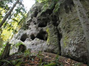 The caves at Tamanowas Rock